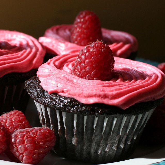 768px-Chocolate_Cupcakes_with_Raspberry_Buttercream_detail